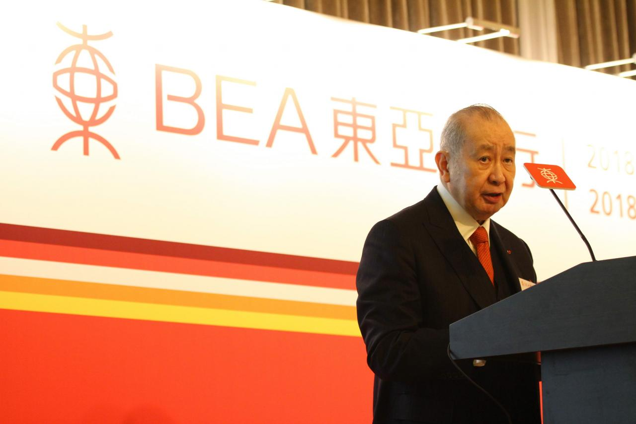 東亞銀行早前宣布李國寶將於七月退任行政總裁,由李國寶兩位兒子出任聯席行政總裁。
