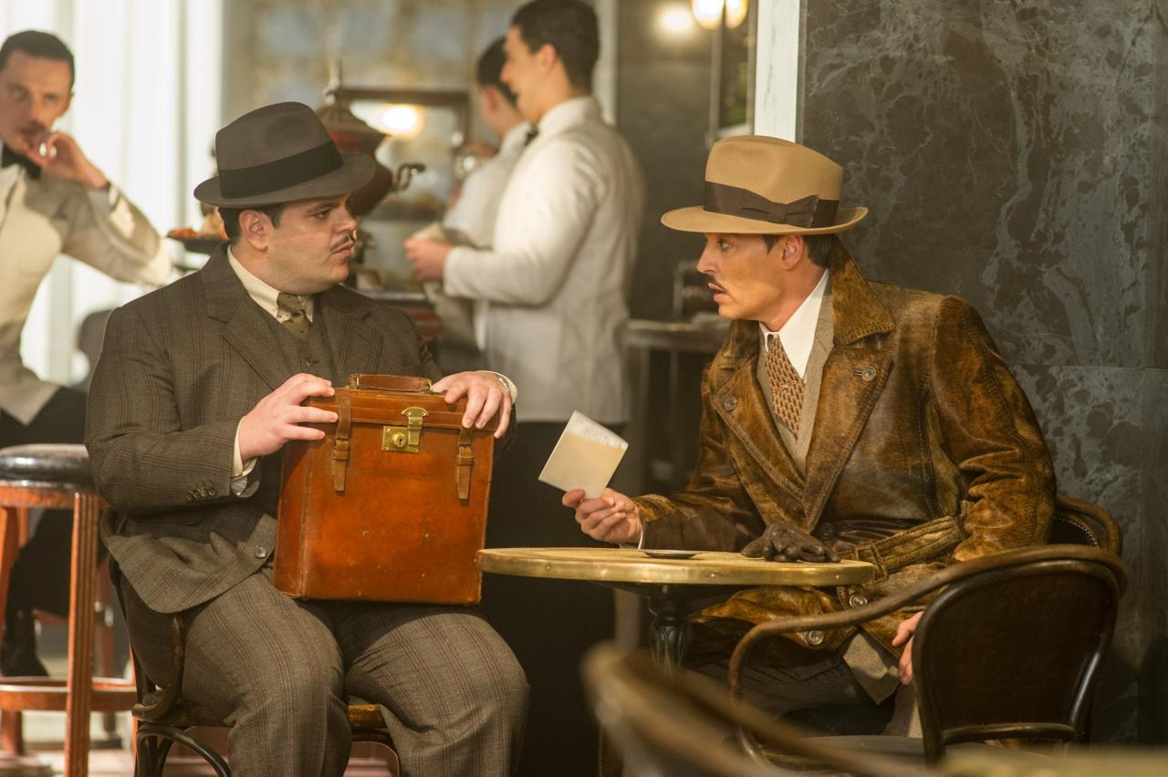 左:古董商人維切特的助理麥昆(祖斯格德 飾)