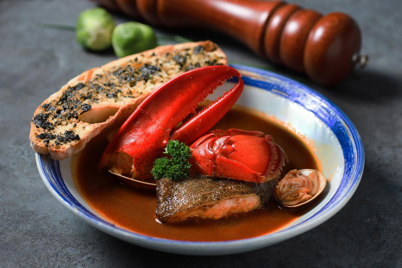葡萄牙漁夫海鮮湯:用龍蝦頭和魚骨熬煮而成的海鮮湯底,鮮味十足,味道非常濃郁。再加上爽滑彈牙的龍蝦、肉質嫩滑的阿拉斯加黑鱈魚柳、鮮甜肥美的蜆,材料非常豐富,美味得令人吃個不停!