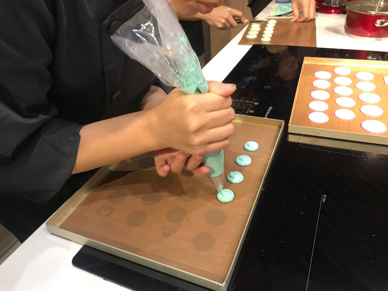 馬可龍除了原色(白色)之外,也可以加入由蛋白混入的食用色素,更添繽紛色彩。