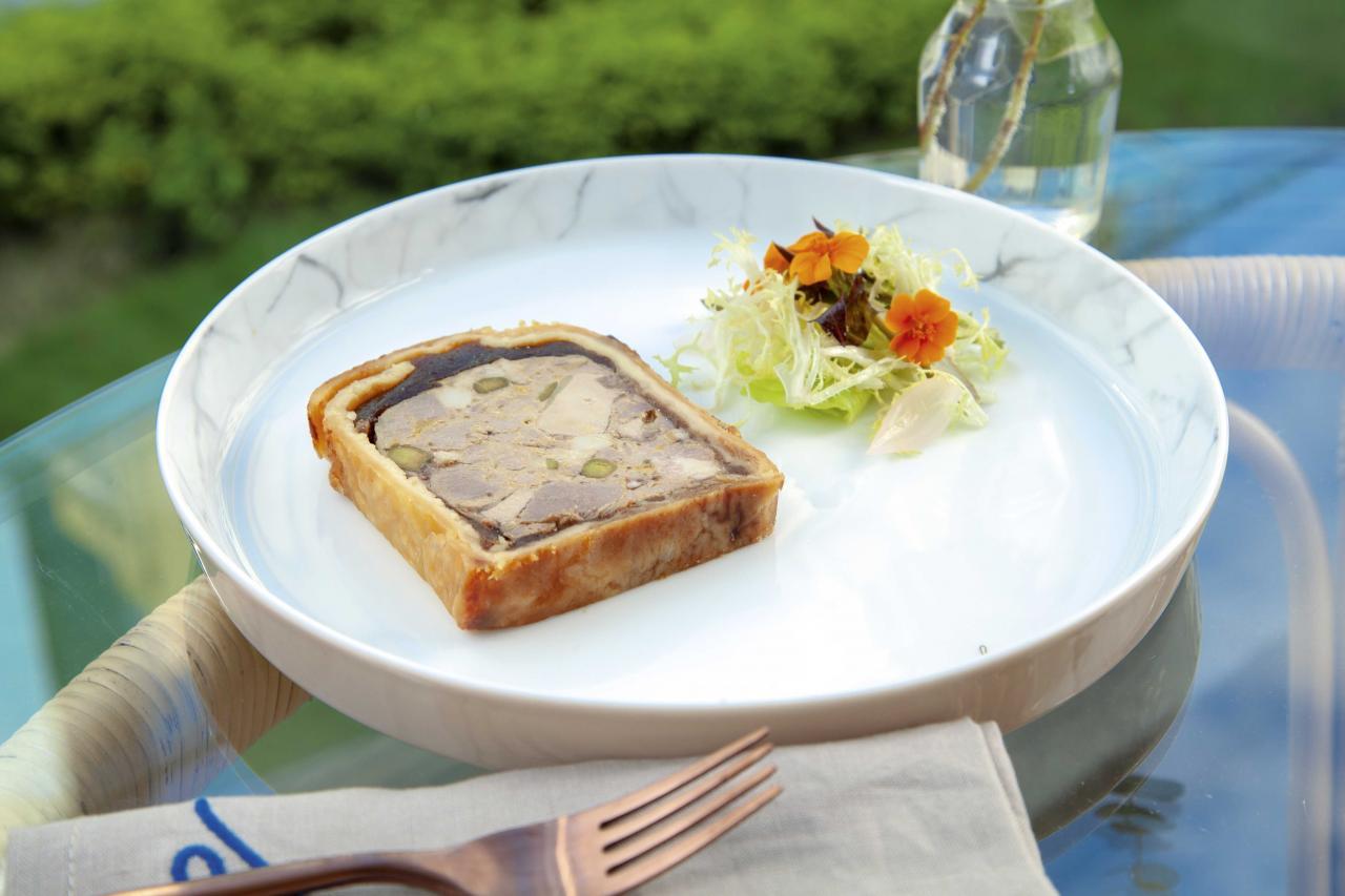 Homemade Louise pâté en croute:這道『自家製法式冷肉批』是經典法國菜式,製作很費時,亦需要很多技巧。口感酥脆的酥皮包裹著豬肉、鴨肝、鴨湯啫喱、開心果,最適合配以一杯法國葡萄酒享用。