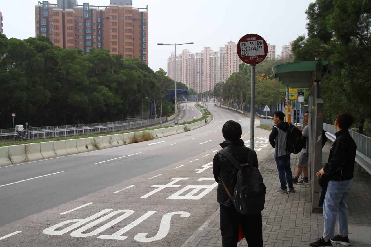 位於主要公路旁也有好處,就是鄰近有多條小巴及巴士線。