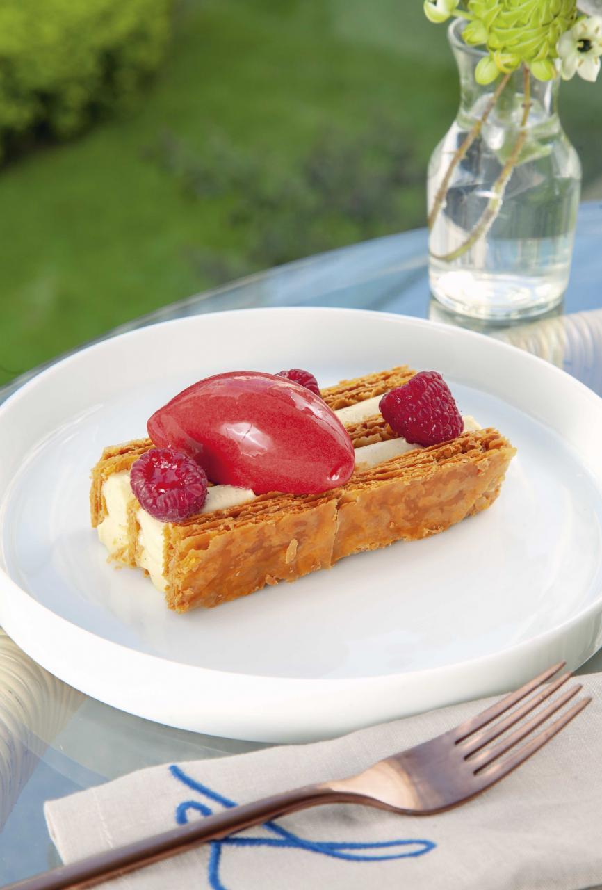 Madagascar vanilla mille-feuille, raspberry sorbet:法式千層酥是法國傳統甜點,三層鬆化的酥皮之間夾著香甜幼滑的馬達加斯加雲呢拿忌廉,再伴以微酸的紅桑子雪葩及新鮮紅桑子,非常清新。