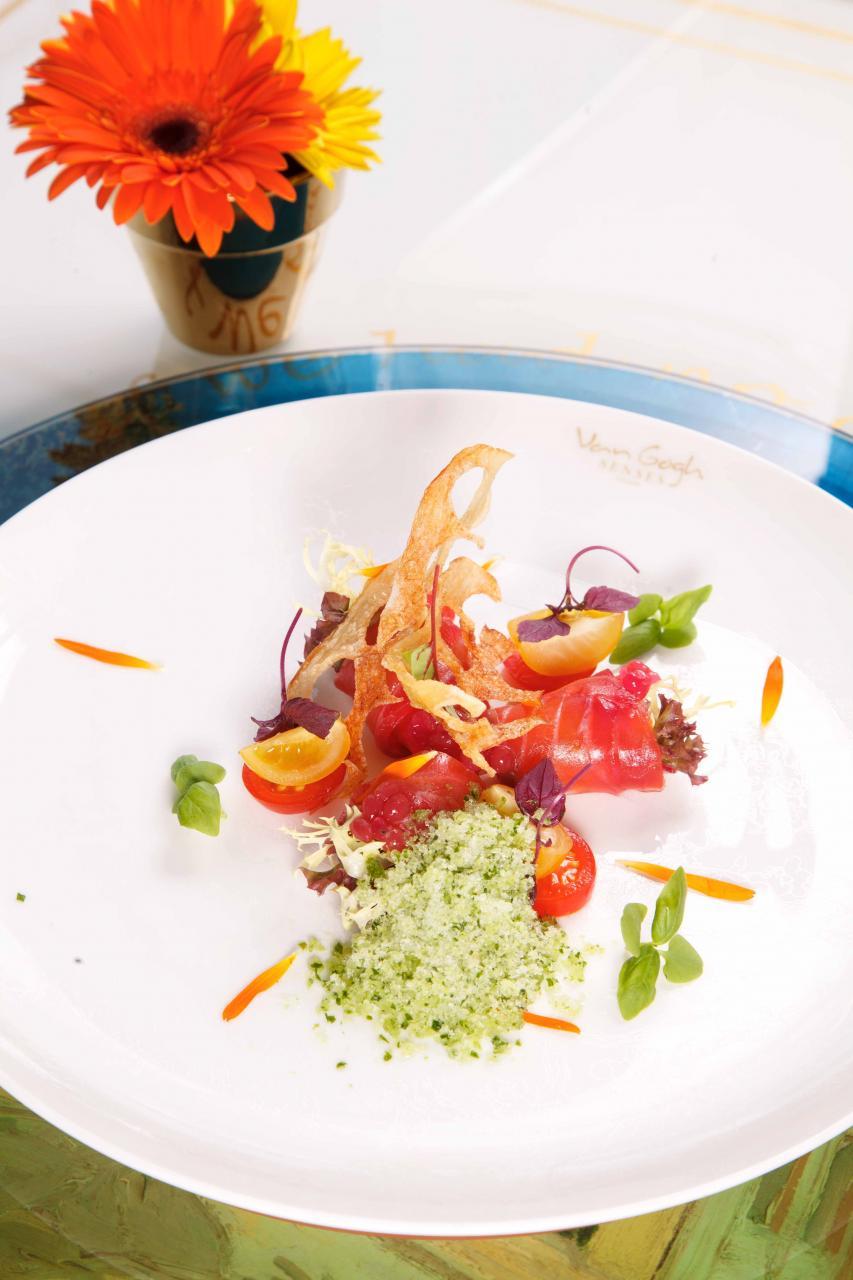 Norwegian Salmon, Gazpacho Pearls, Cucumber Granite:以紅菜頭醃製過的挪威三文魚,鮮味份外突出。大廚用分子料理手法將西班牙蕃茄凍湯製成紅色珍珠狀,再配以清新的青瓜沙冰,讓人胃口大開。