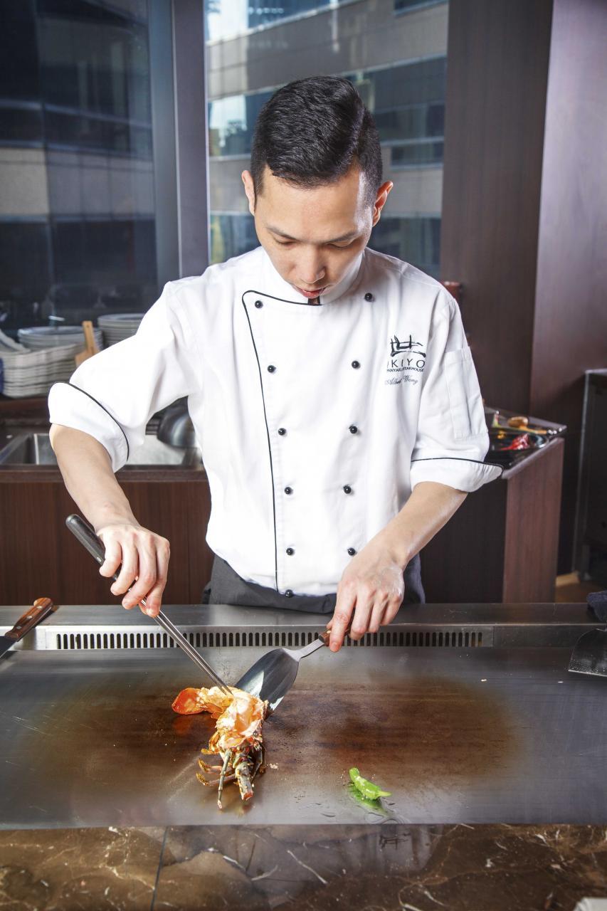 大家可以一邊用餐,一邊近距離欣賞鐵板燒師傅施展渾身解數,廚師們亦會與客人進行交流互動。