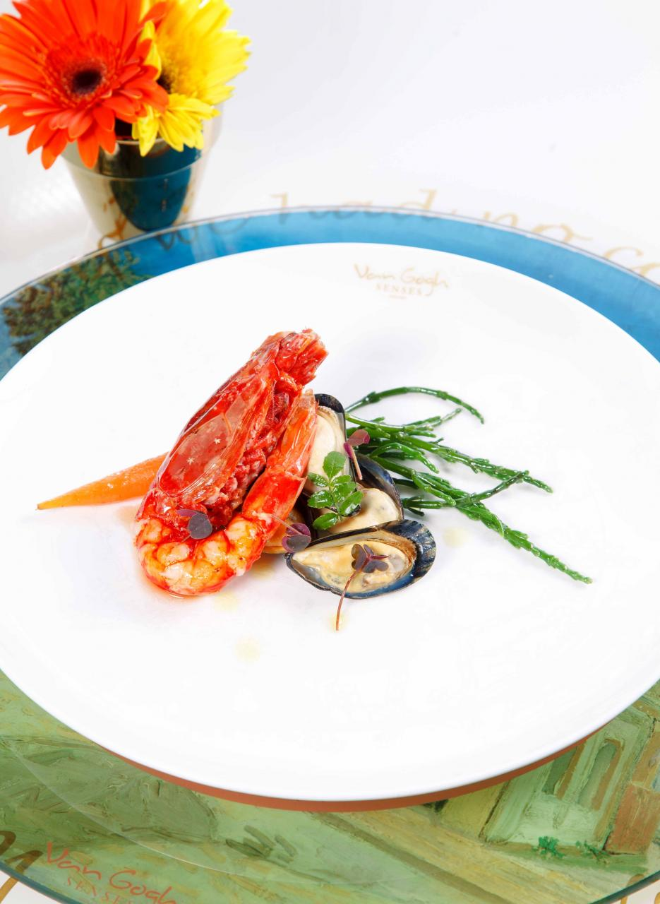 "Carabinero Prawns & Mussels, Sea Asparagus:靈感來自梵高畫作""Prawns and Mussels"",西班牙紅蝦味道鮮甜,荷蘭青口肉質肥美,伴以清爽的海蘆筍,既簡單又美味。"