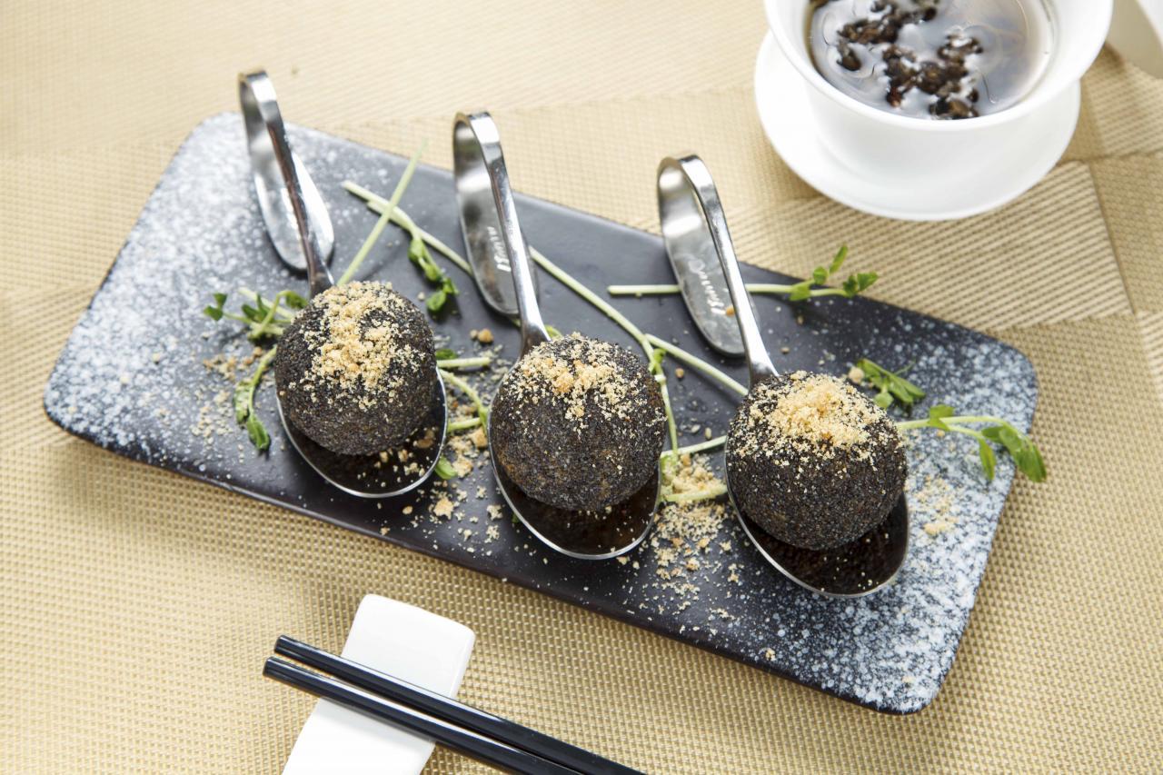 珍菌黑松露球:其實是高貴版「鹹水角」,用上了三款珍菌、伊比利亞黑毛豬肉、煙肉,非常香口,而且菌香撲鼻。