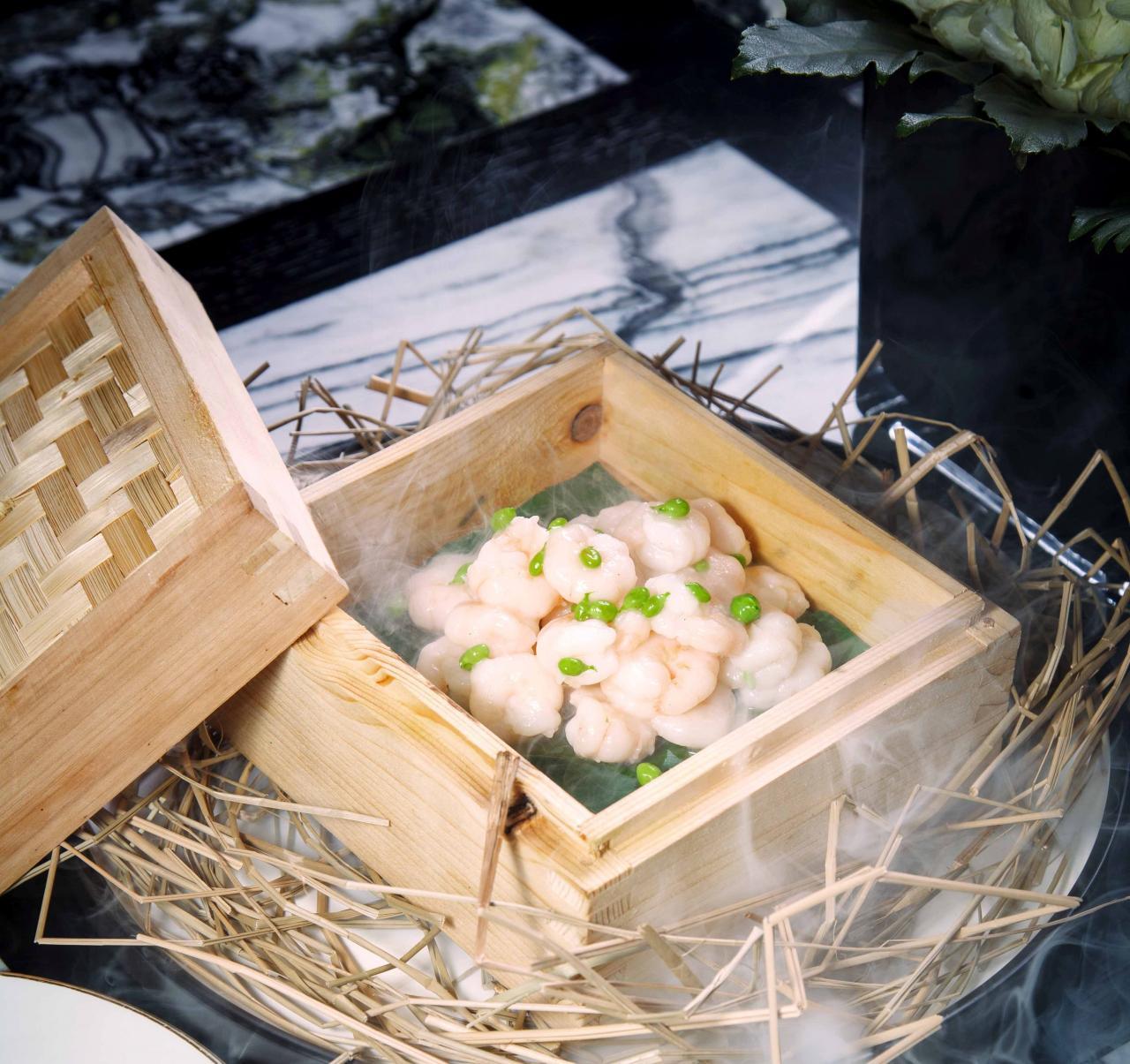 龍井熏河蝦仁:採用西湖旁龍井茶鄉的人手鮮摘茶葉入饌,配以爽口彈牙的河蝦,茶香撲鼻,清新中滲出鮮味。