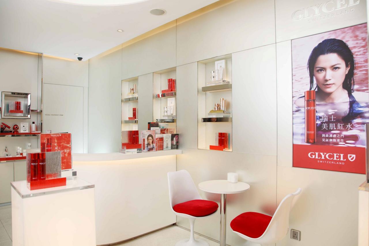 奧思集團的業務主要分為產品零售、美容服務兩大核心,旗下擁有多個自家護膚品牌,包括GLYCEL、Eurobeauté、Derma Synergy,並同時代理ERNO LASZLO、H2O+ Beauty兩個知名護膚品牌的產品,亦有經營美容中心、醫學美容中心、水療中心,近年更開拓電子商貿平台,業務非常多元化。