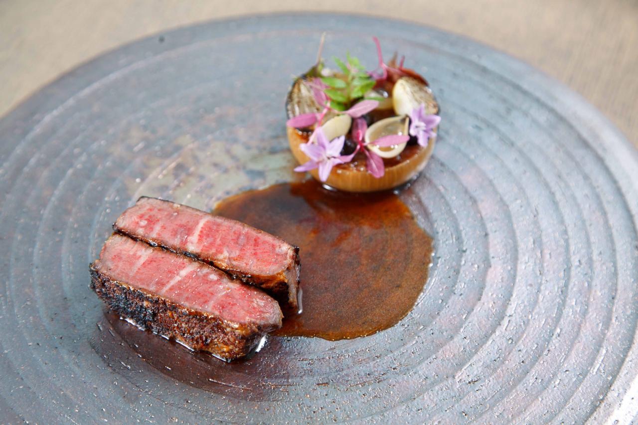 Wagyu beef A4:Chef Eric選用來自日本熊本縣的A4和牛,牛肉油脂分佈平均,而且肉質鮮嫩。他把和牛煎得皮脆肉嫩,再配以糅合了牛骨髓、黑蒜、日本常陸野貓頭鷹啤酒的醬汁,正好能中和牛肉的油膩感。