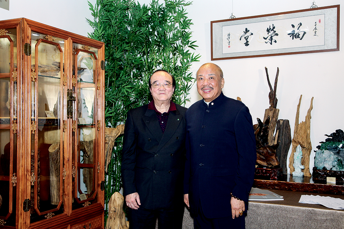 周樹堂 (左)與九龍總商會永遠會長黃熾雄 (右),同為沉香的愛好者。