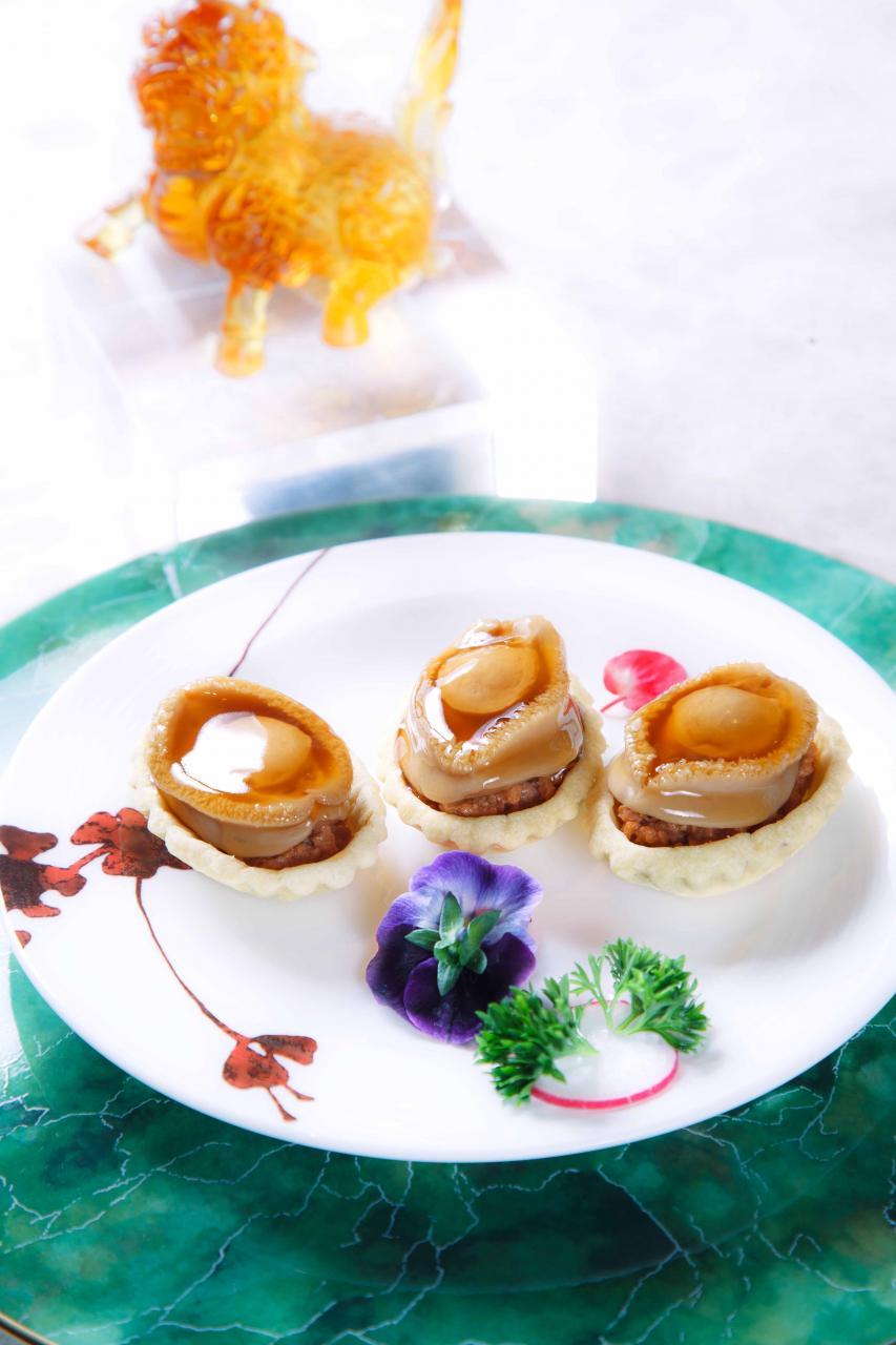 原隻鮑魚雞粒酥:稔滑彈牙的南非鮮鮑,與嫩滑的雞粒及香脆的曲奇撻皮配合得恰到好處,再伴以微甜的蜜汁,讓味蕾非常滿足!