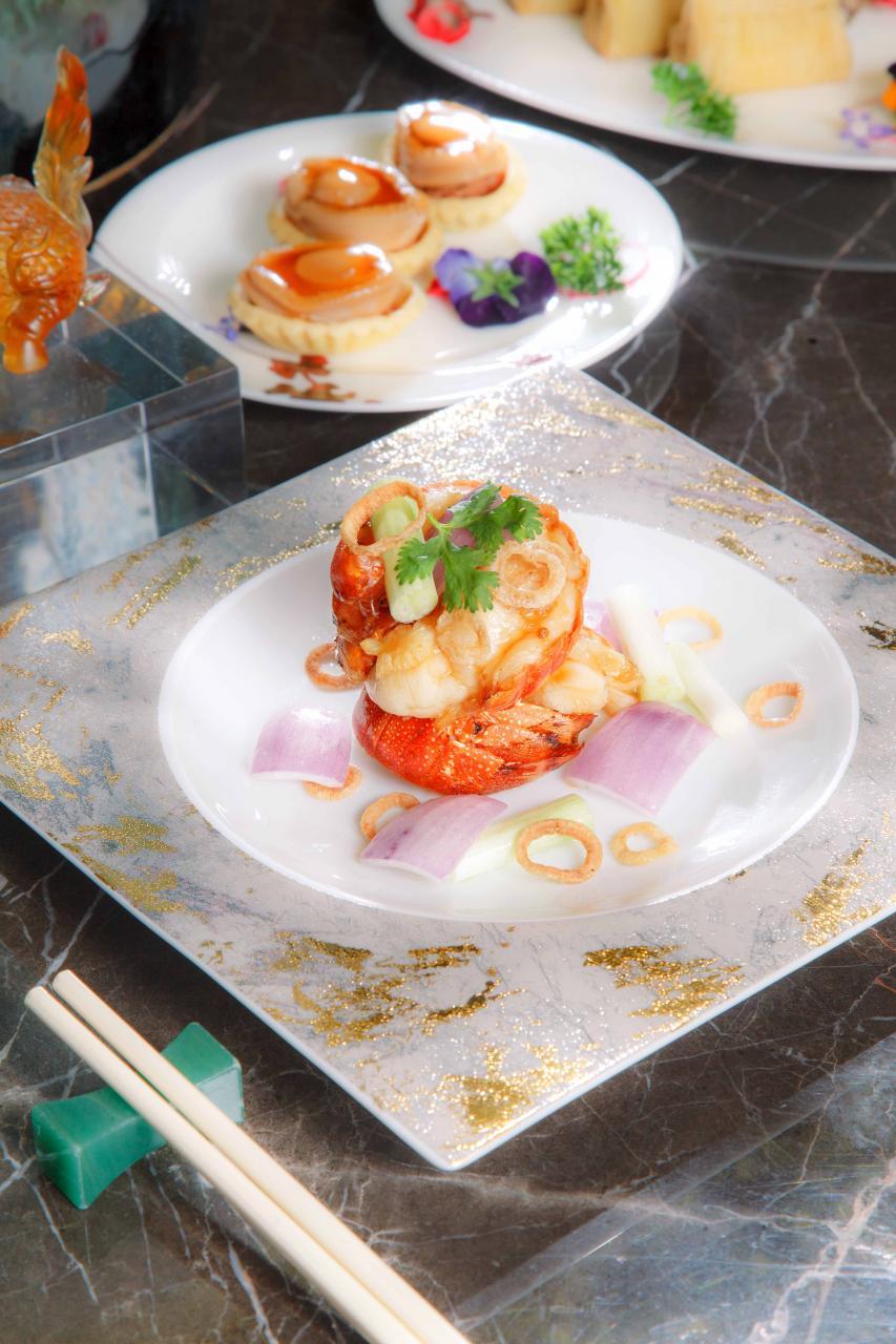 香葱爆乳龍:大廚選用6至7両重的本地乳龍蝦,配合猛火爆炒,龍蝦肉外脆內嫩,入口爽滑彈牙,更洋溢著陣陣花雕酒香。