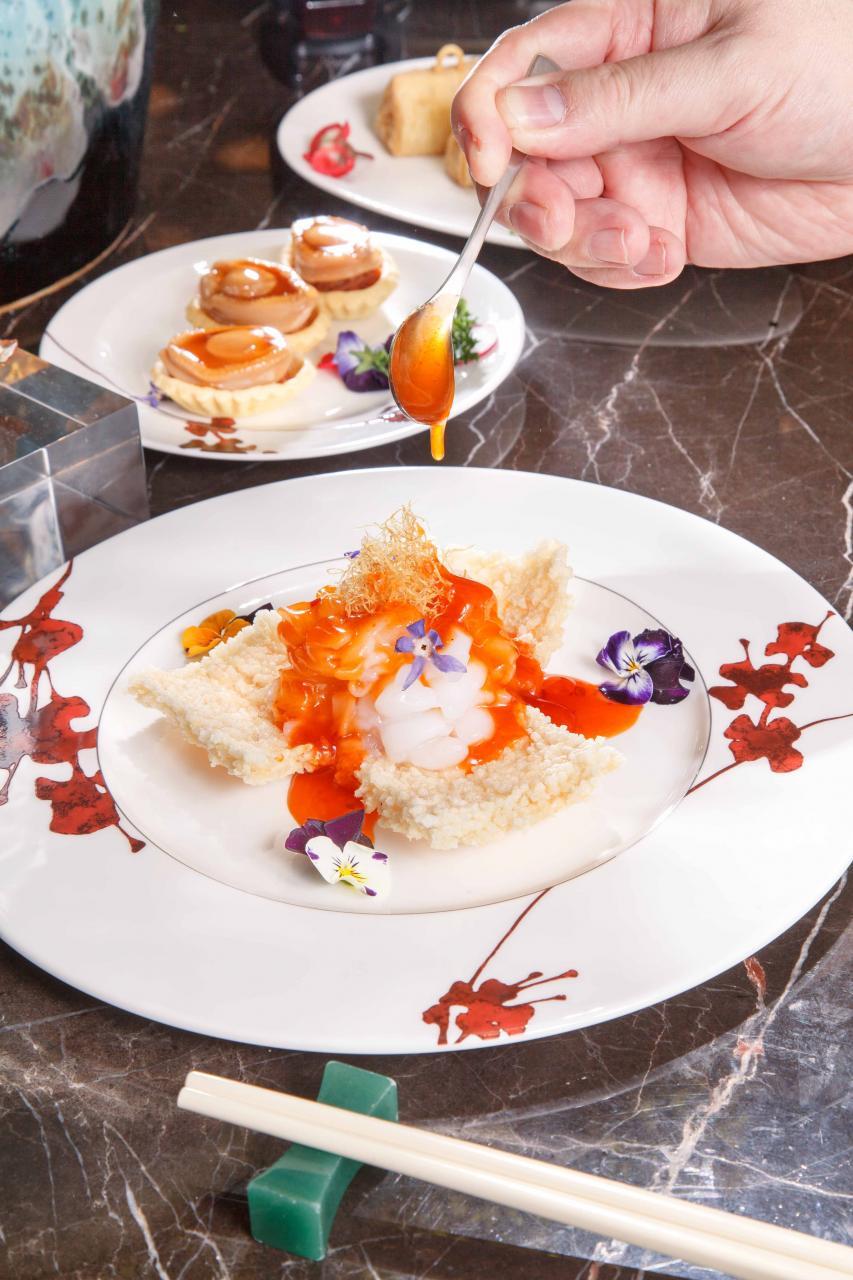 川汁蝦球皇伴窩巴:大廚選用越南四頭大虎蝦,蝦肉鮮甜彈牙,伴以口感香脆的窩巴,再淋上酸甜中帶點微辣的醬汁,成功提升蝦肉的鮮味。