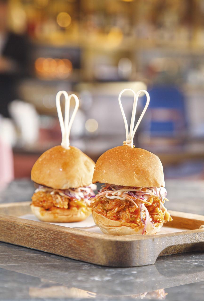 Kimchi Pork Slider:這道迷你漢堡用上經過24小時醃製、再慢煮16小時的荷蘭豬腩肉,軟稔入味,並加入了微辣的泡菜、爽脆的椰菜絲,非常惹味。