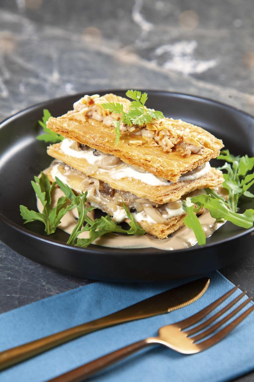 Shimeji Mille Feuille:三層鬆化的酥皮之間夾著質感豐腴的本菇,Daniel特別加入了Ricotta芝士及焦糖洋蔥,再伴以幼滑的合桃忌廉和香脆的合桃粒,帶來富有層次的口感。