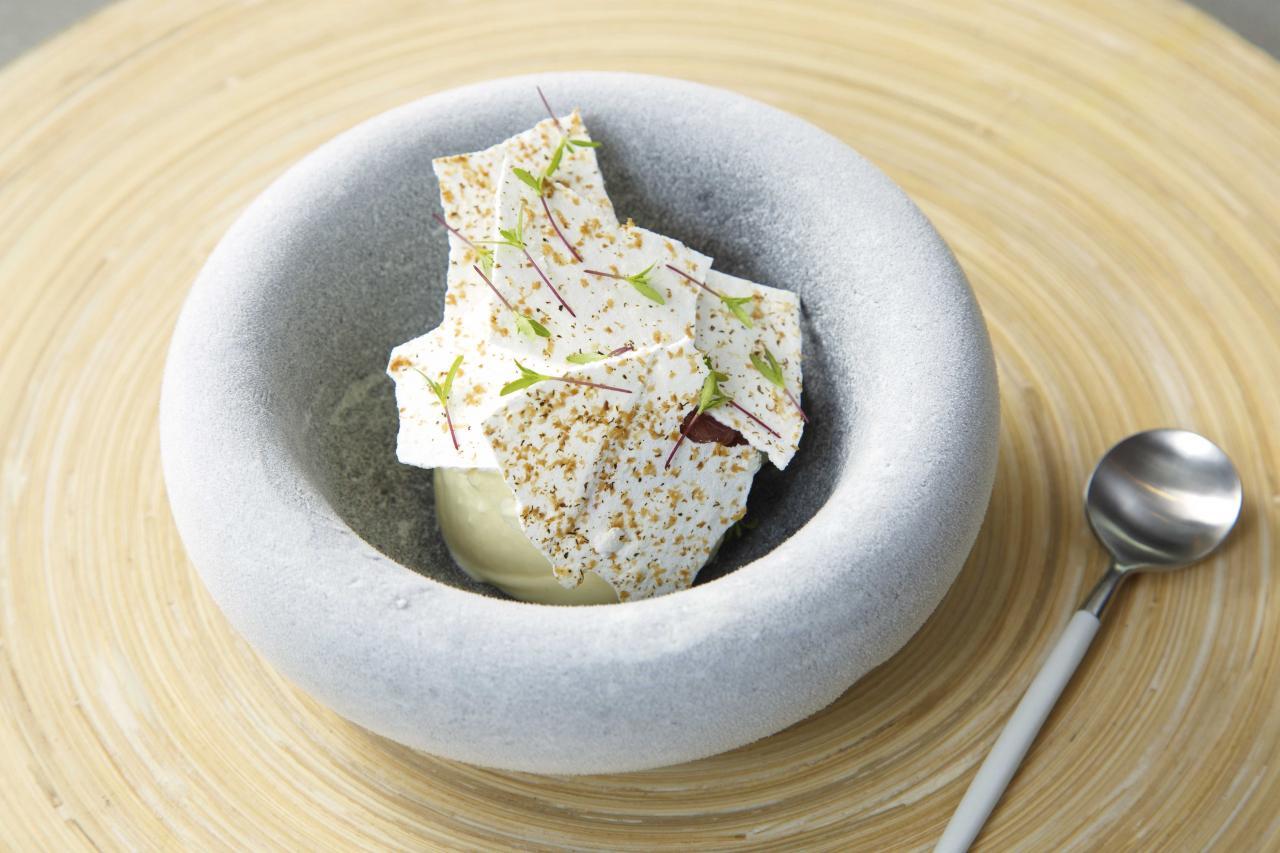 Clotted Cream Ice Cream, Rhubarb Jam, Tonka Meringue:糅合了蜜餞大黃、忌廉雪糕、黑香豆蛋白脆餅,並以自家種植的新鮮萬壽菊作點綴,配搭非常創新,甜而不膩,而且口感富有層次。