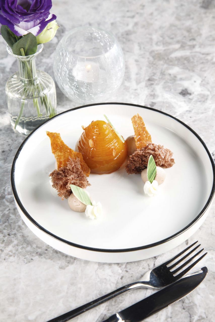 Baked Apple:選用日本王林蘋果,先將蘋果削成薄片,然後浸泡桔子糖水,讓甜度得到平衡,再將蘋果片疊成小圓塔,並釀入焦糖蘋果肉、忌廉,然後再烤焗,最後伴以榛子、朱古力奶油、朱古力蛋糕、香脆酥皮、白朱古力,味道非常豐富,而且甜而不膩。