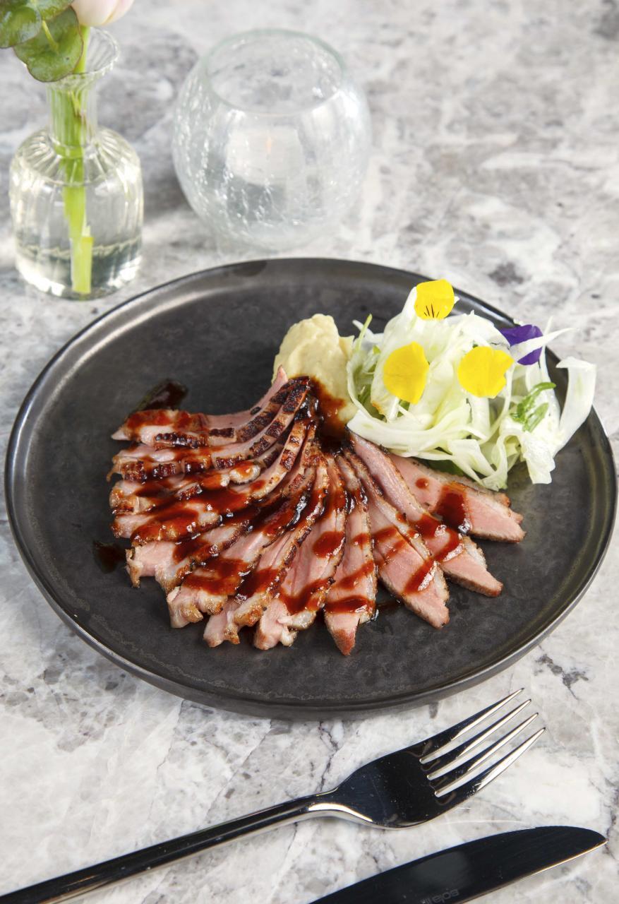 Duck:鴨胸煎得皮脆肉嫩,伴以清甜的蜜糖薰衣草醬汁,不但有助中和鴨肉的膩滯感,更同時令其肉味更香濃。
