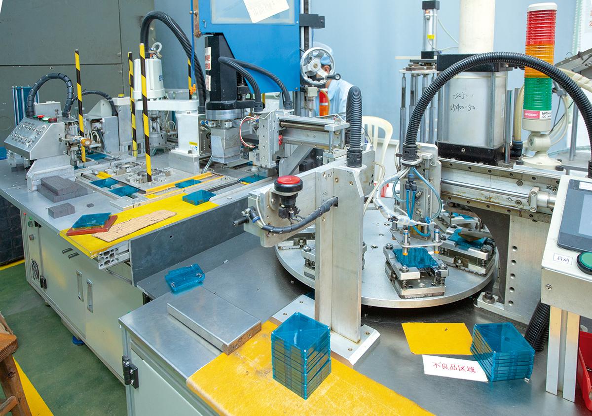 龍昌位於東莞廠房現已逐步實行半自動化生產,盡量節省人手,提升效能。