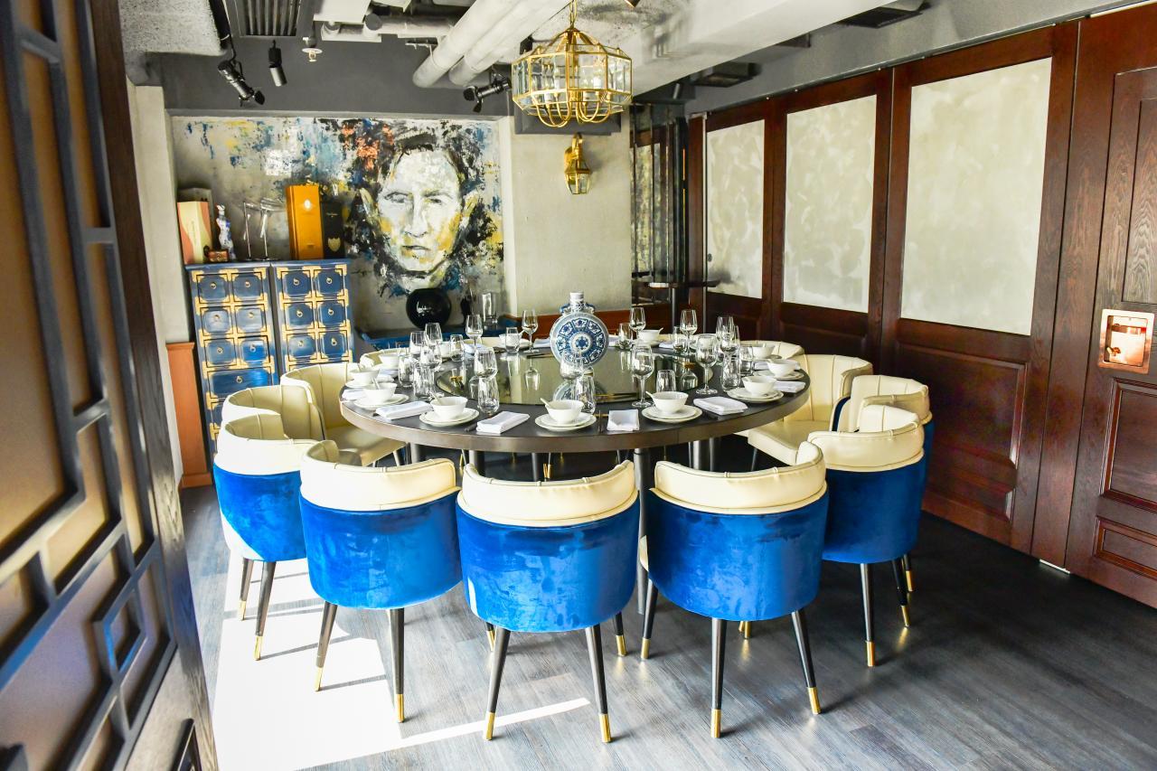 餐廳的室內裝潢以寶藍色和白色為主調,配合木製的傢俱和金屬裝飾,營造出舒適優雅的感覺。