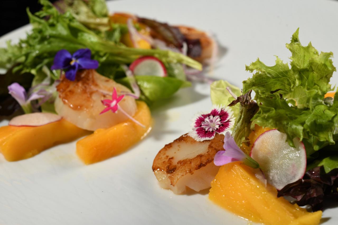 在限定晚市套餐中,其中一道菜式「攪不好一試愛上香芒帶子」,以台灣芒果、蘿蔔、黃瓜、紅洋蔥加入熱帶調味品烹調新鮮帶子,充滿台灣風味。