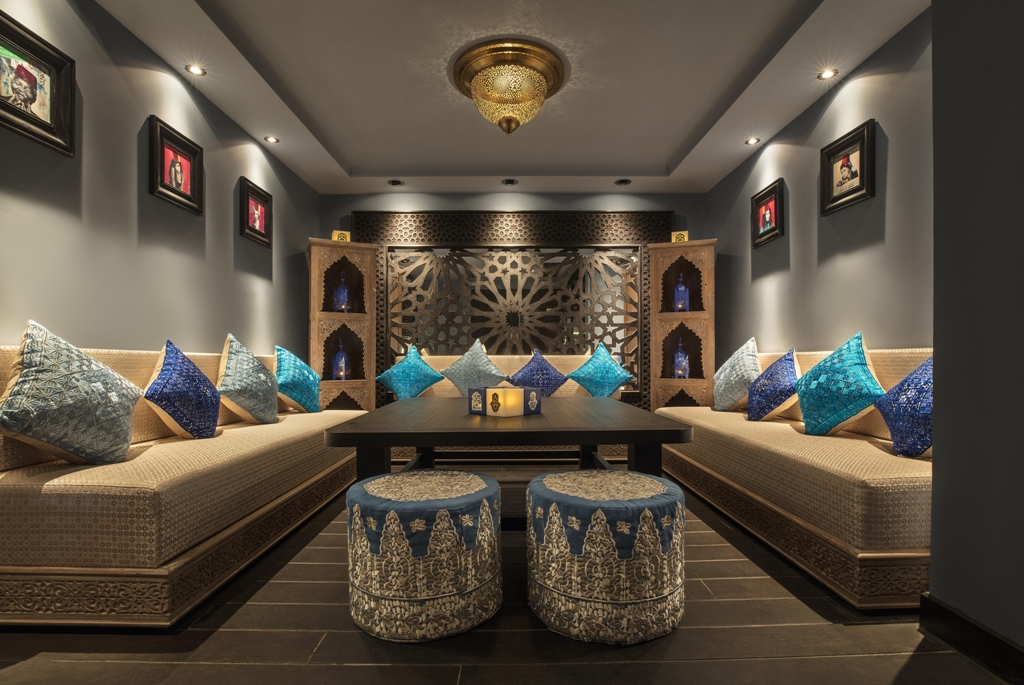 可容納15人的私人廂房中,裝潢以獨特的藍色Majorelle Blue為主調,牆壁上掛著多幅名人照片,相中人均戴上傳統摩洛哥頭飾,玩味十足。