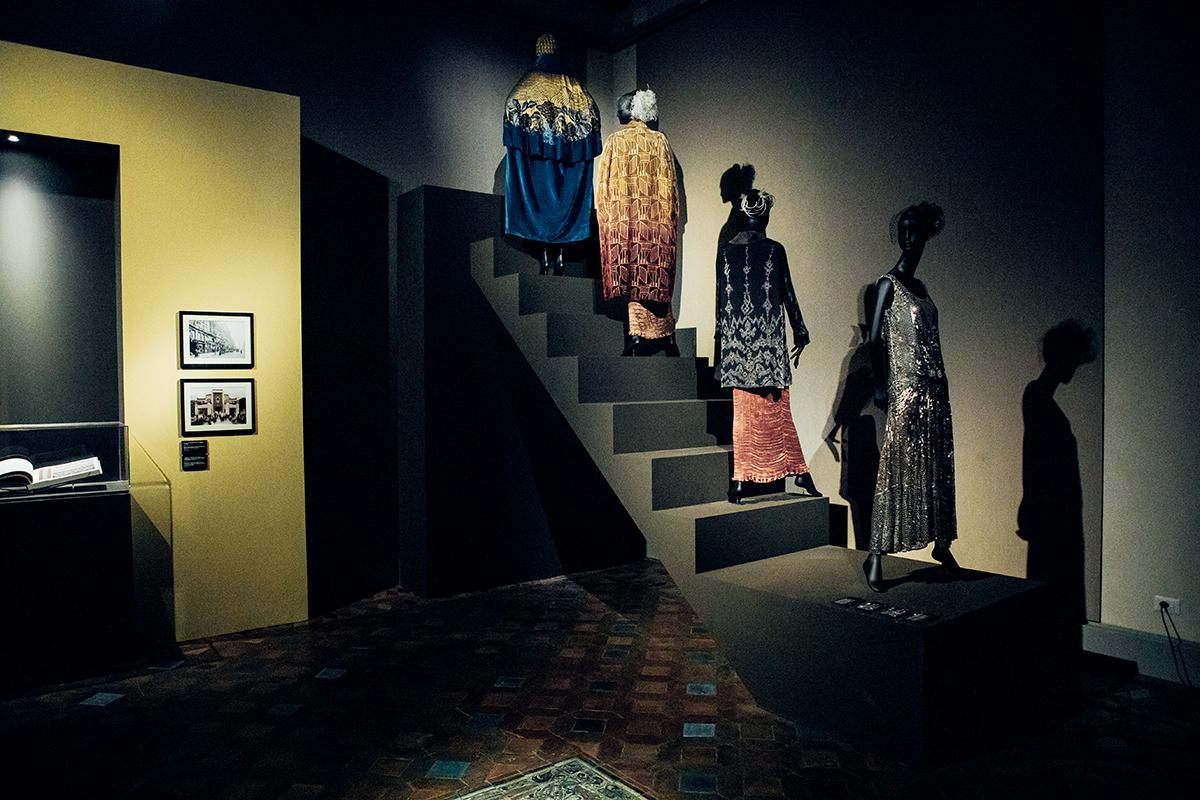 璀璨的鑽飾,亦要配搭時尚服裝,因此展覽場內亦有展示多套瑰麗華服。