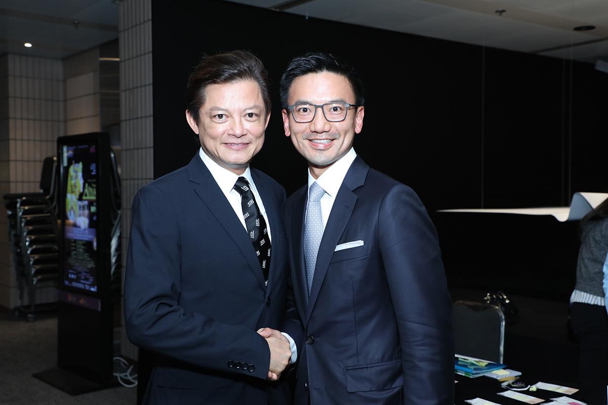 與香港歌劇院藝術總監莫華倫合照。