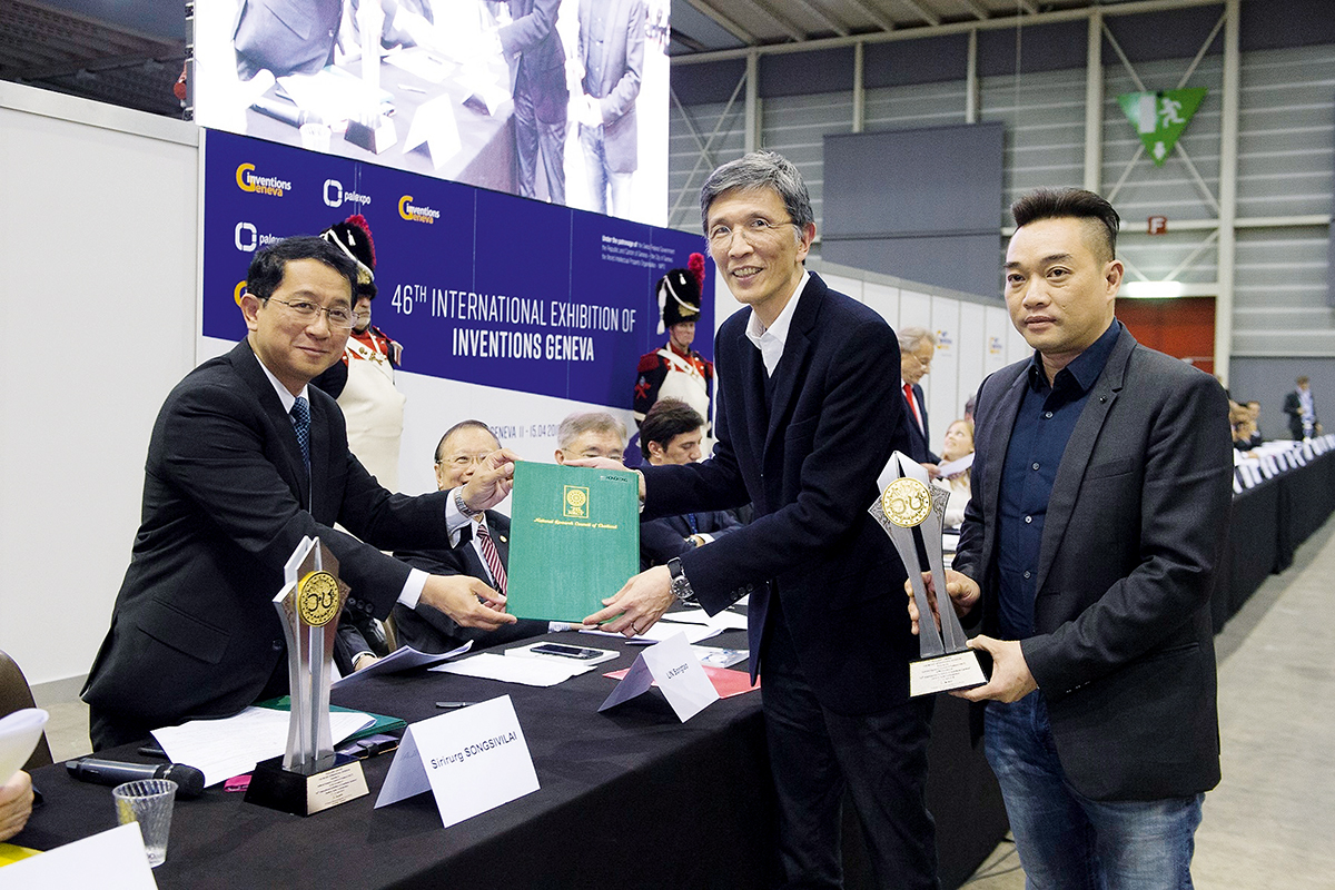 香港紡織及成衣研發中心(HKRITA)行政總裁葛儀文(右二)接受頒發給時裝顏色生產訂單預測的AI算法項目的泰國國家研究評議會特別獎