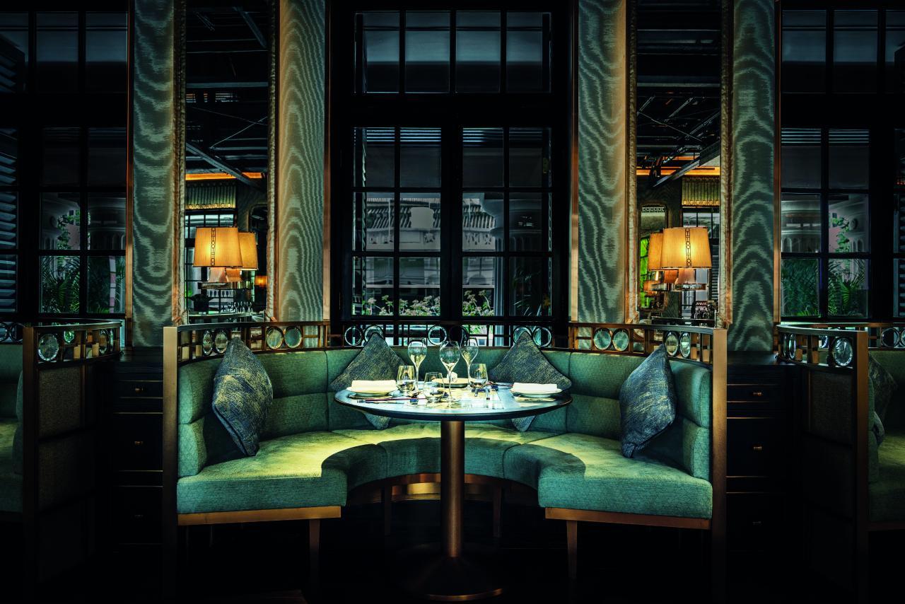 設計師以翡翠綠色牆身搭配金框鏡子、灰黑色屏風、古典的燈具,以及黑白仿古雲石餐桌,再加上歷史長達一世紀的原裝木地板,營造出典雅瑰麗的氣氛。