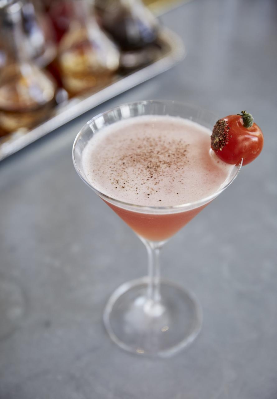 Tomatini:調酒師用上新鮮番茄汁、伏特加、意大利香醋、蔗糖漿、鹽、胡椒,並綴以新鮮車厘茄,雞尾酒入口微酸,非常清爽。