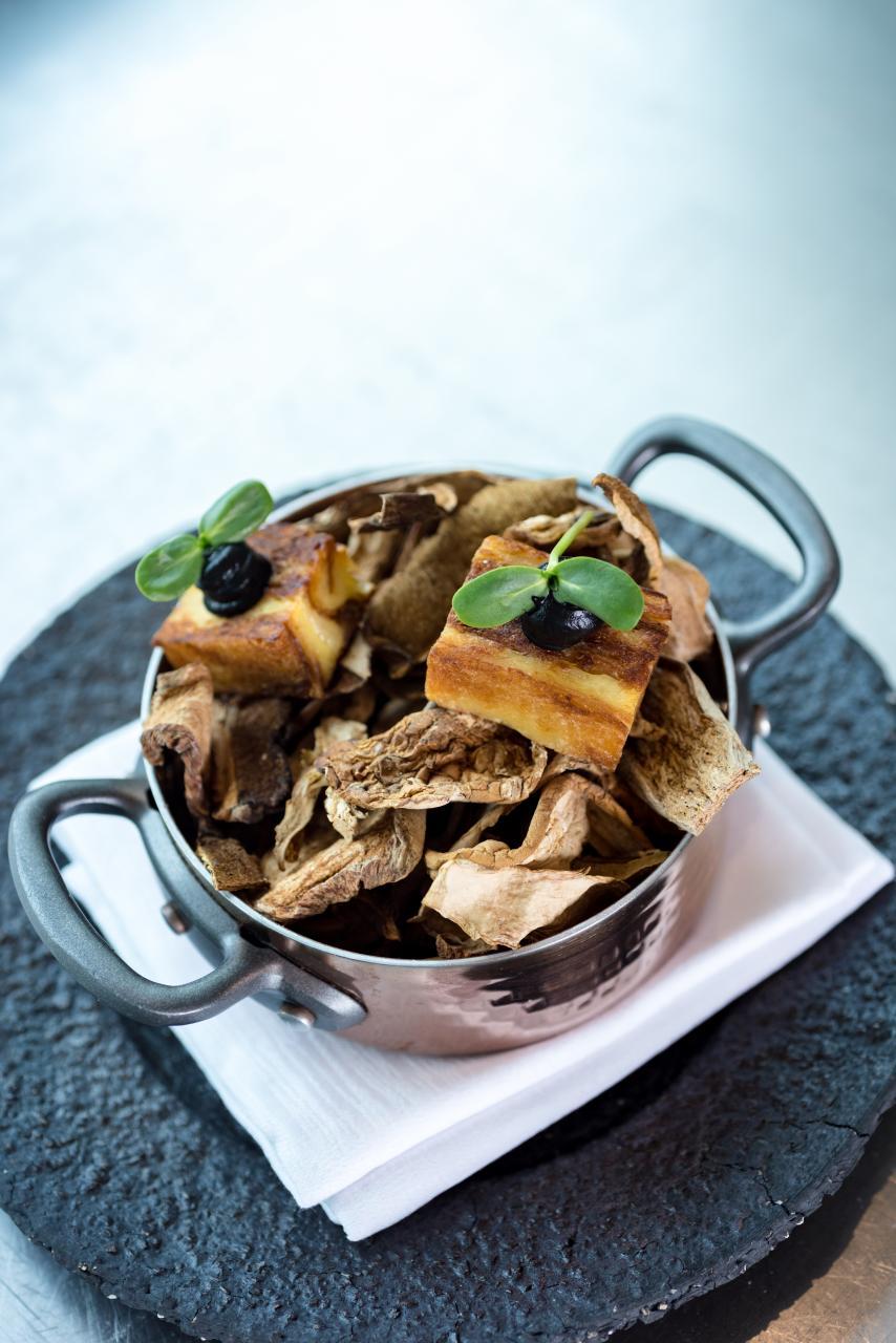 Truffle pudding:傳統英式甜品「牛油麵包布甸」的鹹味版,將一層層的牛角包與加入了黑松露的蛋漿一同焗製,最後拌入焦糖煮香,並舖上松露蓉,既香軟又可口。