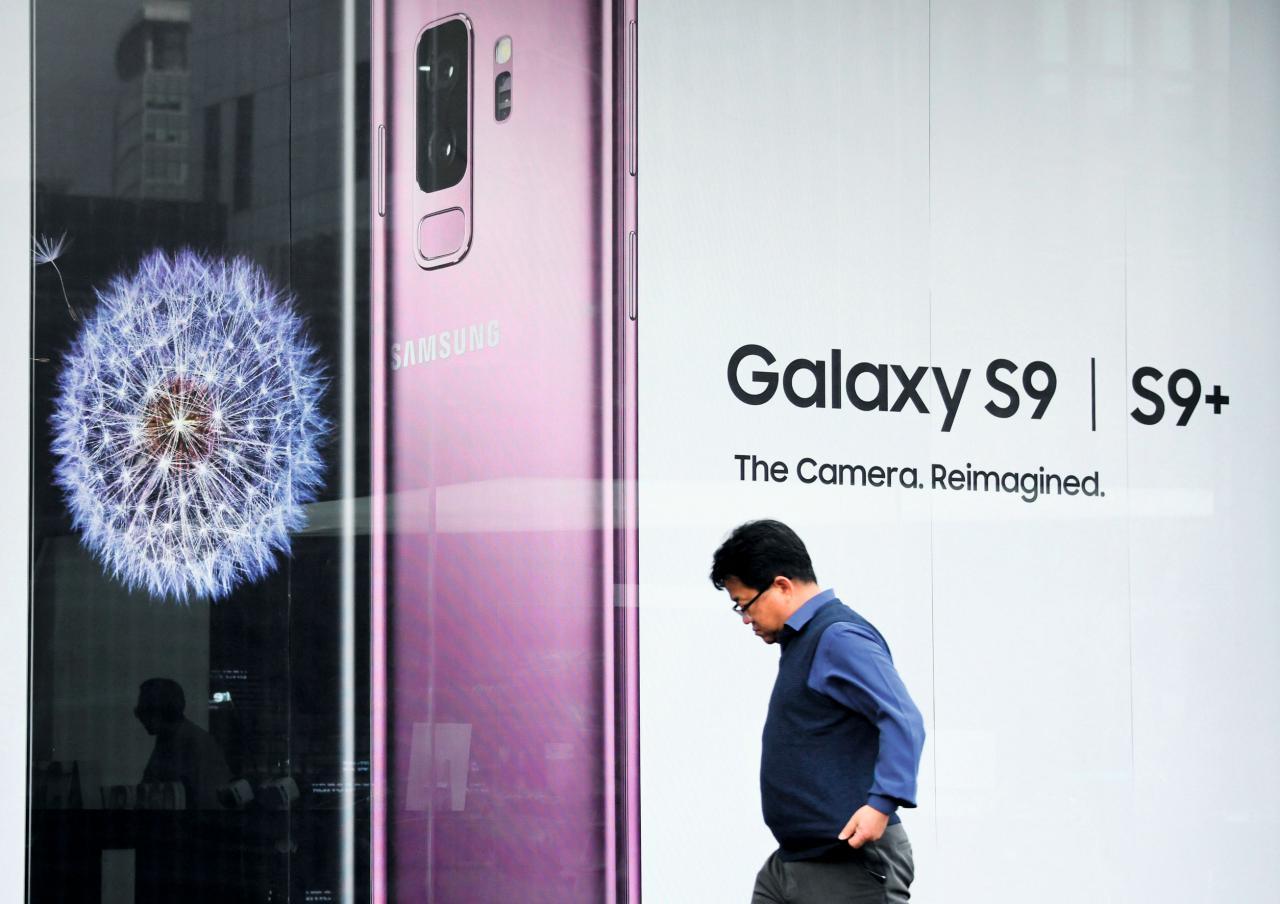 單靠賣手機賺錢的風險極高,從前有愛立信、諾基亞等手機頭目瞬間殞落,近亦有南韓三星正走下坡。