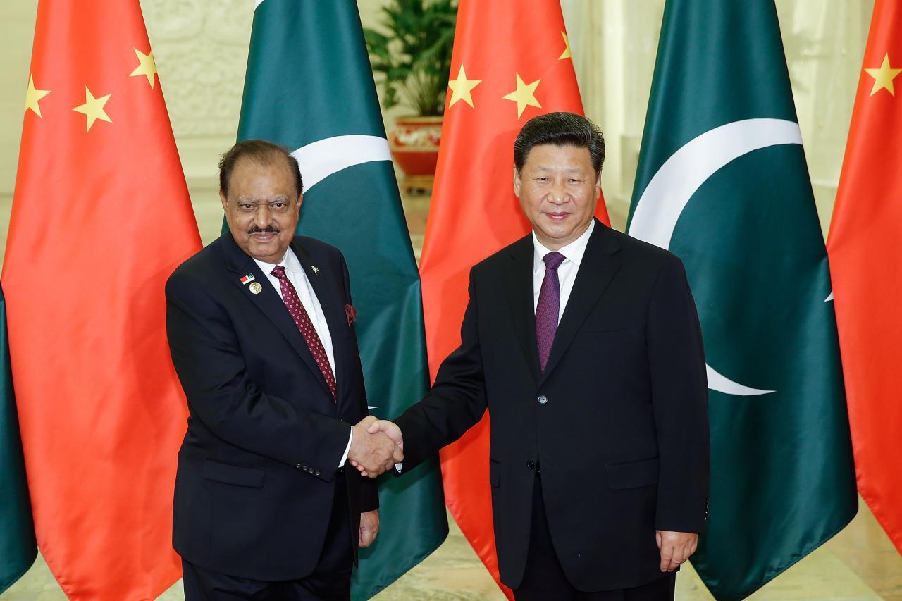 習近平(右)之前訪問巴基斯坦,與時任總理謝理夫簽下大量合同。