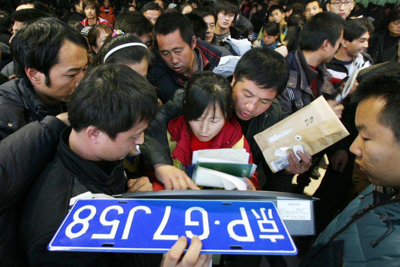 在北京和上海,購買新能源汽車的車主可以免費獲得車牌。