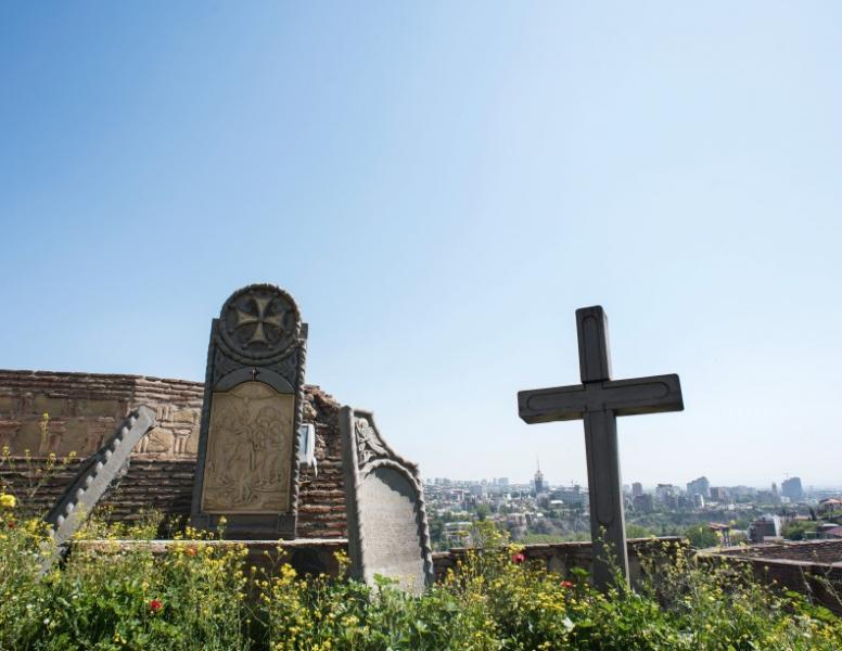 納里卡拉衛城沒剩下太多遺跡,只有部分城牆和屹立城內的十字架與碑石。