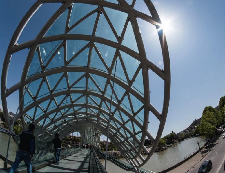 橫跨庫拉河的和平橋,就是來自意大利建築師Michele De Lucchi之手。