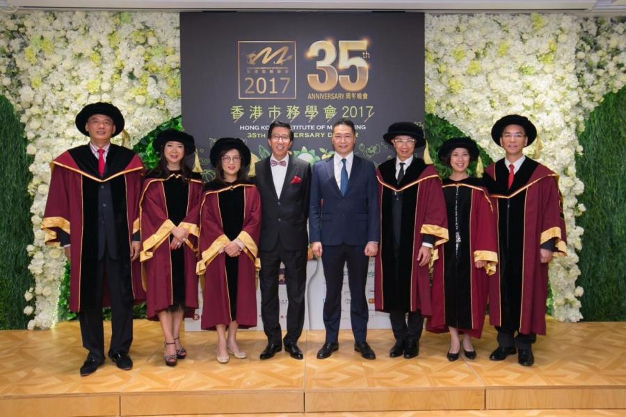 香港市務學會榮譽主席陳裕光(左四)與立法會議員邵家輝(左五)偕六位會士合照。