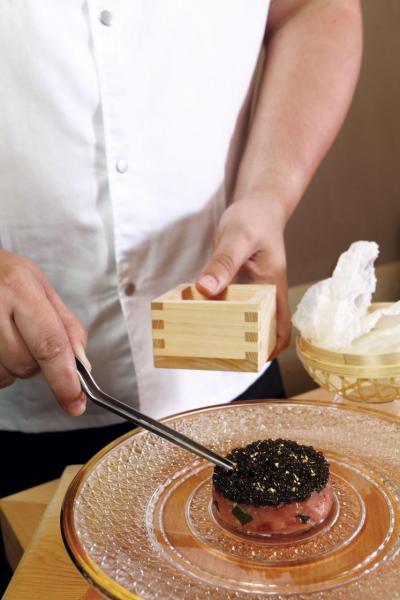 Chu Toro / Kristal Caviar / Polmard Beef / Rice Tuile:中吞拿魚腩油脂豐富,入口即溶,搭配經五日熟成處理的法國Polmard牛肉,以及巴黎Kaviari House Kristal魚子醬,再以金箔作點綴。魚子醬的鹹香充份提升整道菜的鮮味,香脆的米餅亦讓口感更富層次。