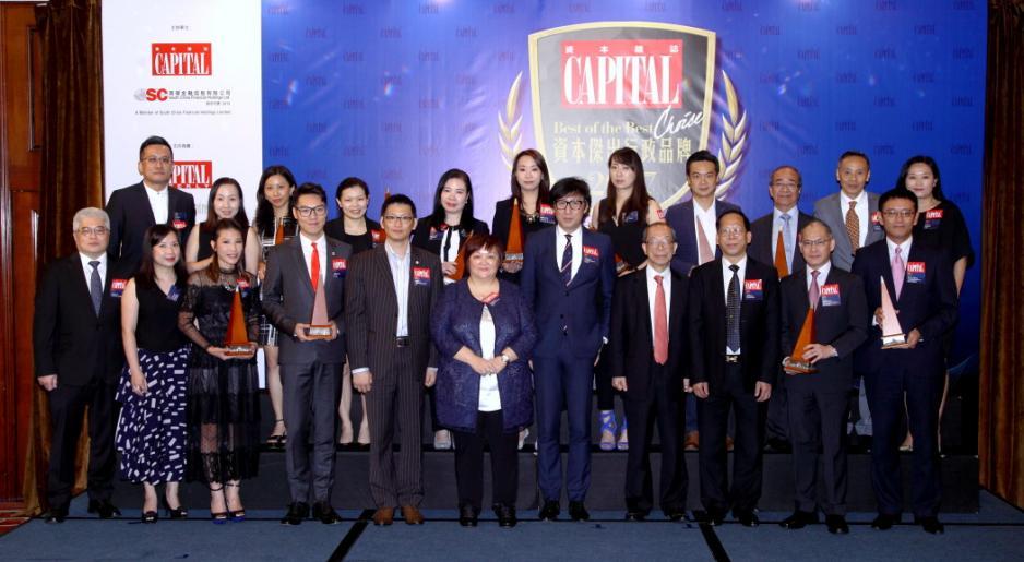 南華傳媒管理層,頒獎嘉賓及獲獎企業代表一同合照。