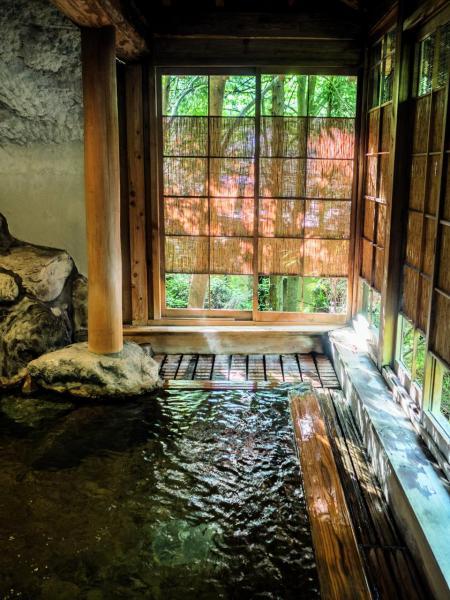 三朝溫泉是日本鮮有含放射性泉質的溫泉,吸引不少人前往。