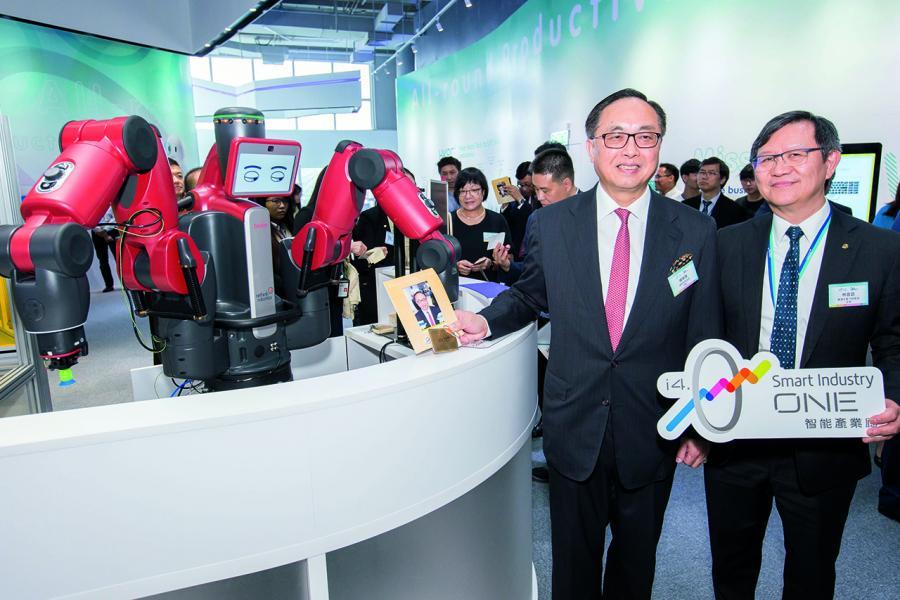生產力促進局主席林宣武與創新及科技局局長楊偉雄(左)共同出席智能產業廊啟用禮。