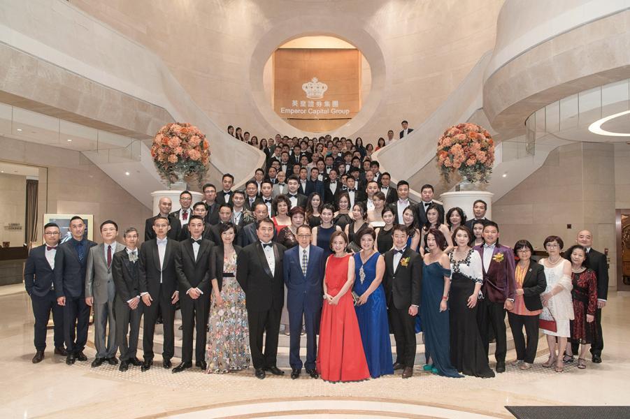 英皇集團主席楊受成博士與英皇證券集團眾管理層及同事於上市10周年晚宴合照。