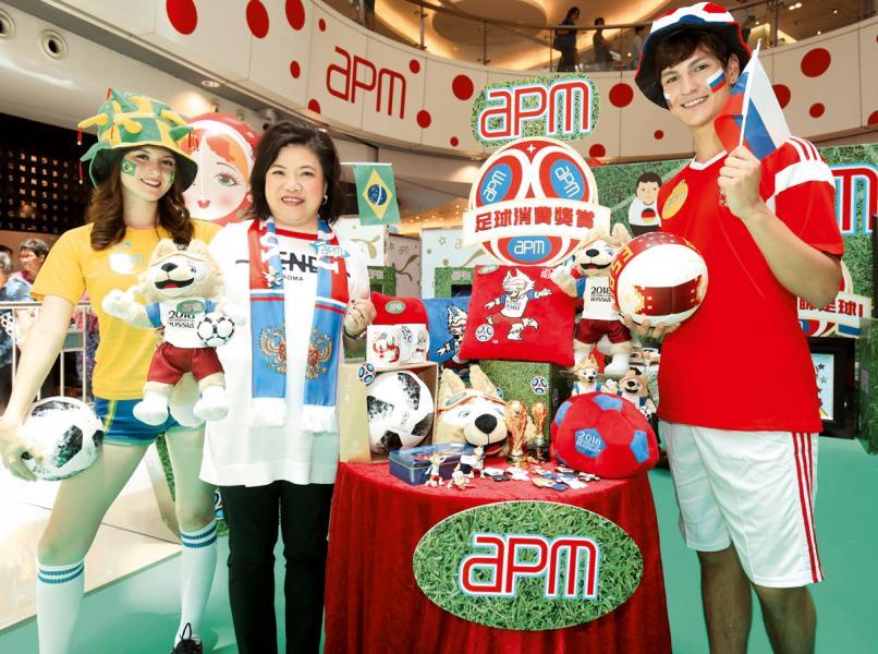 新鴻基地產(中國)執行董事馮秀炎(左二)說,預計世界盃推廣期間, apm商場生意額可達3.3億元。