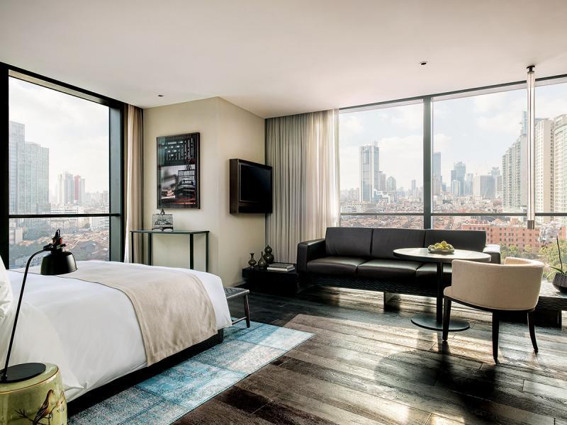 酒店房間設計簡約與時尚兼備,讓旅者感覺自然舒服。