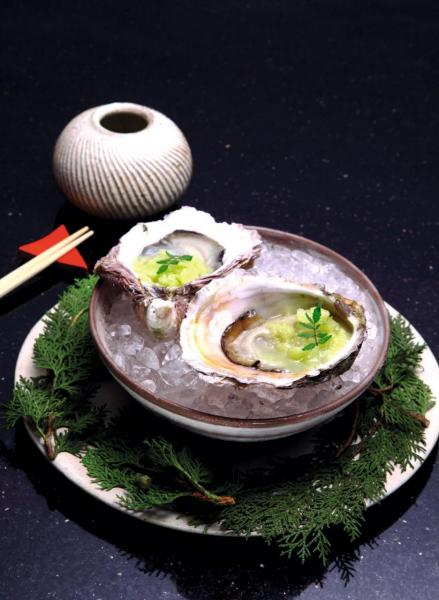 Japanese Oysters / Yuzu Kosho / Apple:產自日本福崗的石蠔非常新鮮,而且口感清爽,伴以微辣的柚子胡椒和山椒葉,以及微酸的青蘋果沙冰,令石蠔的鮮味更突出。