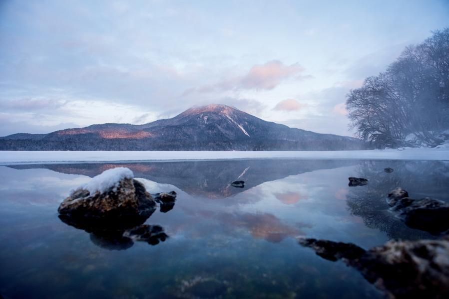 阿寒湖冬天風光甚美,在湖水沒結冰的部分可看到阿寒岳之倒影。