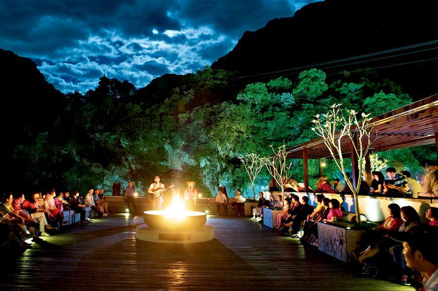在太魯閣晶英酒店頂樓的火盆區,邊圍著火爐旁,邊聽原住民的歌。