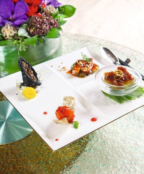 四味紛陳:此菜式獲得2017年度「香港國際美食大獎」創意前菜金獎,「熱情果紅海蜇沙律」、「荔枝玫瑰蝦丸」、「竹炭松露脆卷」、「特色口水雞」分別展現了酸、甜、苦、辣四種味道。